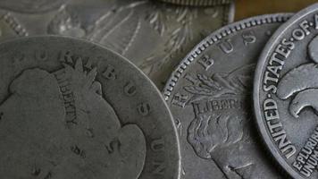 Imágenes de archivo giratorias tomadas de monedas americanas antiguas - dinero 0100 video