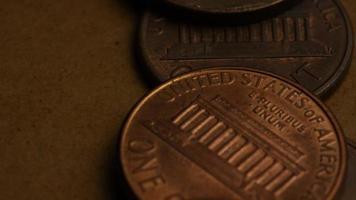 rotierende Stock Footage Aufnahme von amerikanischen Pennys (Münze - $ 0,01) - Geld 0177