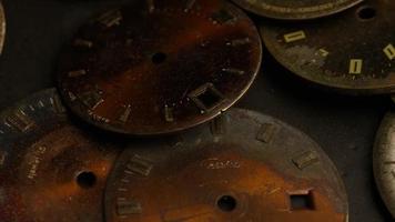 Imágenes de archivo giratorias tomadas de caras de relojes antiguas y desgastadas - caras de relojes 001 video