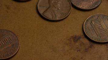 rotierende Stock Footage Aufnahme von amerikanischen Pennys (Münze - $ 0,01) - Geld 0171
