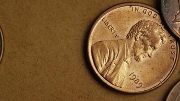 rotierende Stock Footage Aufnahme von amerikanischen Pennys (Münze - $ 0,01) - Geld 0164