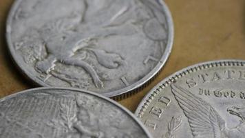 Imágenes de archivo giratorias tomadas de monedas americanas antiguas - dinero 0078 video