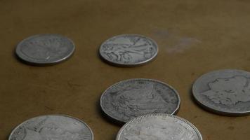 Imágenes de archivo giratorias tomadas de monedas americanas antiguas - dinero 0051 video