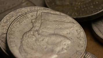 rotierende Stock Footage Aufnahme von amerikanischen Nickeln (Münze - $ 0,05) - Geld 0194