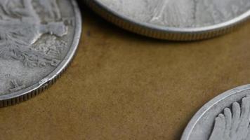 Imágenes de archivo giratorias tomadas de monedas americanas antiguas - dinero 0084 video