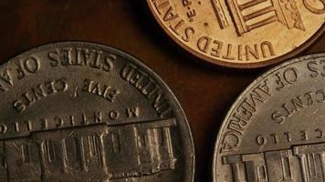 Imágenes de archivo giratorias tomadas de monedas monetarias estadounidenses - dinero 0337 video