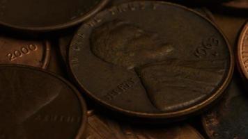 rotierende Stock Footage Aufnahme von amerikanischen Pennys (Münze - $ 0,01) - Geld 0180