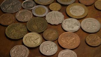 giro stock footage shot de moedas monetárias internacionais - dinheiro 0385