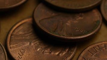 rotierende Stock Footage Aufnahme von amerikanischen Pennys (Münze - 0,01 $) - Geld 0182