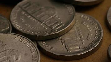 rotierende Stock Footage Aufnahme von amerikanischen Nickeln (Münze - $ 0,05) - Geld 0188