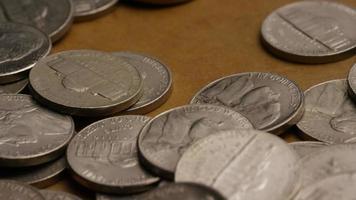rotierende Stock Footage Aufnahme von amerikanischen Nickeln (Münze - $ 0,05) - Geld 0193
