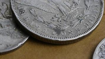 Imágenes de archivo giratorias tomadas de monedas americanas antiguas - dinero 0088 video
