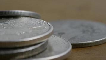 Imágenes de archivo giratorias tomadas de monedas americanas antiguas - dinero 0112 video