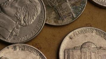 rotierende Stock Footage Aufnahme von amerikanischen Nickeln (Münze - $ 0,05) - Geld 0201