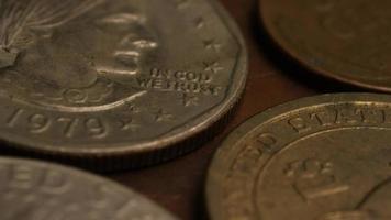 Imágenes de archivo giratorias tomadas de monedas monetarias estadounidenses - dinero 0358 video