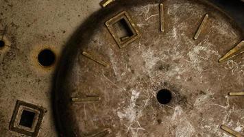 Imágenes de archivo giratorias tomadas de caras de relojes antiguas y desgastadas - caras de relojes 012 video