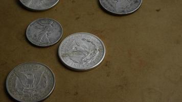 Imágenes de archivo giratorias tomadas de monedas americanas antiguas - dinero 0067 video