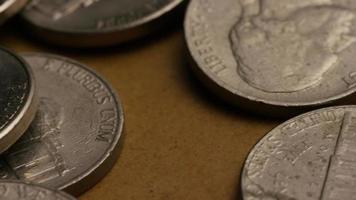 rotierende Stock Footage Aufnahme von amerikanischen Nickeln (Münze - $ 0,05) - Geld 0192