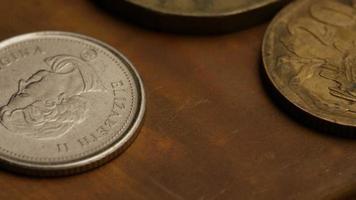 giro stock footage shot de moedas monetárias internacionais - dinheiro 0362