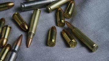 Disparo giratorio cinematográfico de balas sobre una superficie de tela - balas 092