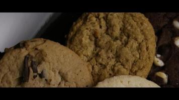 tiro cinematográfico giratório de biscoitos em um prato - biscoitos 112