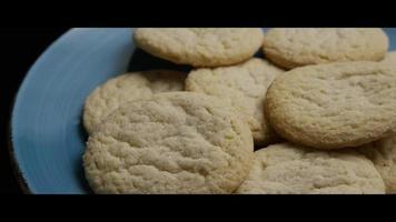 filme cinematográfico giratório de biscoitos em um prato - biscoitos 046 video