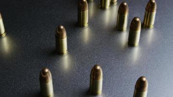 Disparo giratorio cinematográfico de balas sobre una superficie metálica - balas 048