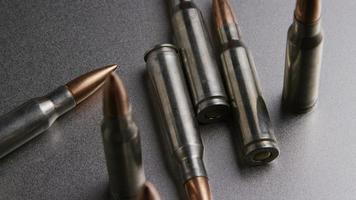 Disparo giratorio cinematográfico de balas sobre una superficie metálica - balas 007