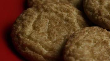 tiro cinematográfico giratório de biscoitos em um prato - biscoitos 132 video