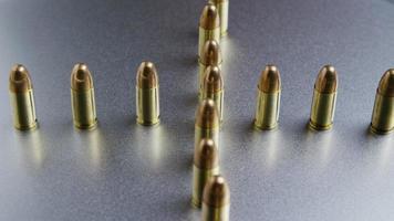 Tiro cinematográfico giratorio de balas sobre una superficie metálica - balas 036
