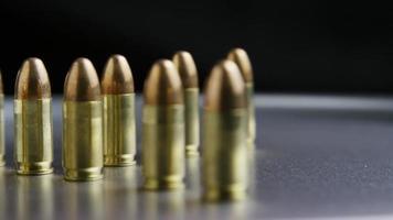 Disparo giratorio cinematográfico de balas sobre una superficie metálica - balas 033