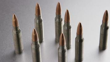 Disparo giratorio cinematográfico de balas sobre una superficie metálica - balas 001
