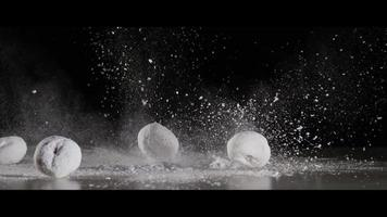 ciambelle che cadono con zucchero a velo - ciambelle 003