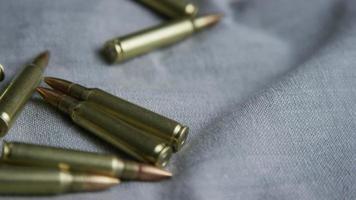 Disparo giratorio cinematográfico de balas sobre una superficie de tela - balas 102