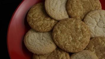 tiro cinematográfico giratório de cookies em um prato - cookies 148 video