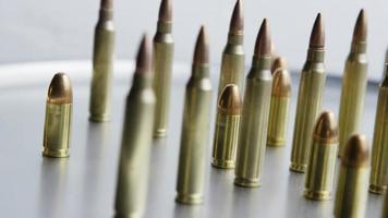 Disparo giratorio cinematográfico de balas sobre una superficie metálica - balas 077