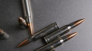 Disparo giratorio cinematográfico de balas sobre una superficie metálica - balas 009