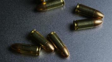 Disparo giratorio cinematográfico de balas sobre una superficie metálica - balas 047