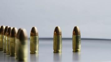 Tiro cinematográfico giratorio de balas sobre una superficie metálica - balas 028