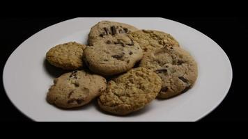 filme cinematográfico giratório de biscoitos em um prato - biscoitos 073