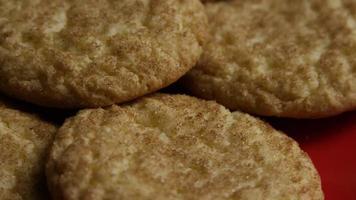 tiro cinematográfico giratório de cookies em um prato - cookies 131