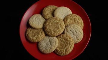 filme cinematográfico giratório de biscoitos em um prato - biscoitos 145