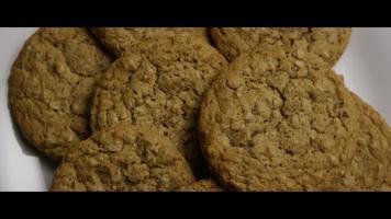 filme cinematográfico giratório de biscoitos em um prato - biscoitos 054