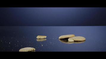 biscoitos caindo de cima em uma superfície reflexiva - biscoitos 184