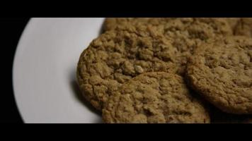 Plano cinematográfico giratorio de galletas en un plato - cookies 063