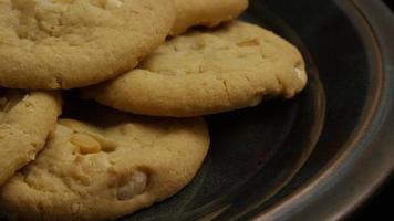 tiro cinematográfico giratório de biscoitos em um prato - biscoitos 259