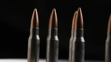 Disparo giratorio cinematográfico de balas sobre una superficie metálica - balas 012