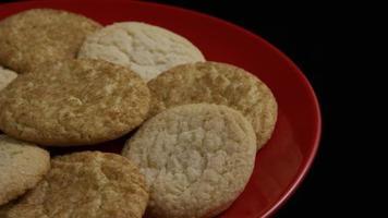 tiro cinematográfico giratório de biscoitos em um prato - biscoitos 134