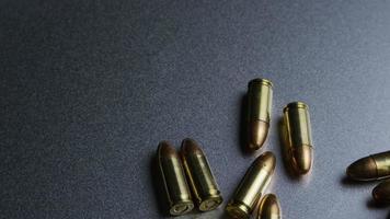 Tiro cinematográfico giratorio de balas sobre una superficie metálica - balas 044