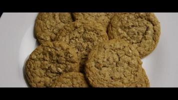 filme cinematográfico giratório de biscoitos em um prato - biscoitos 056